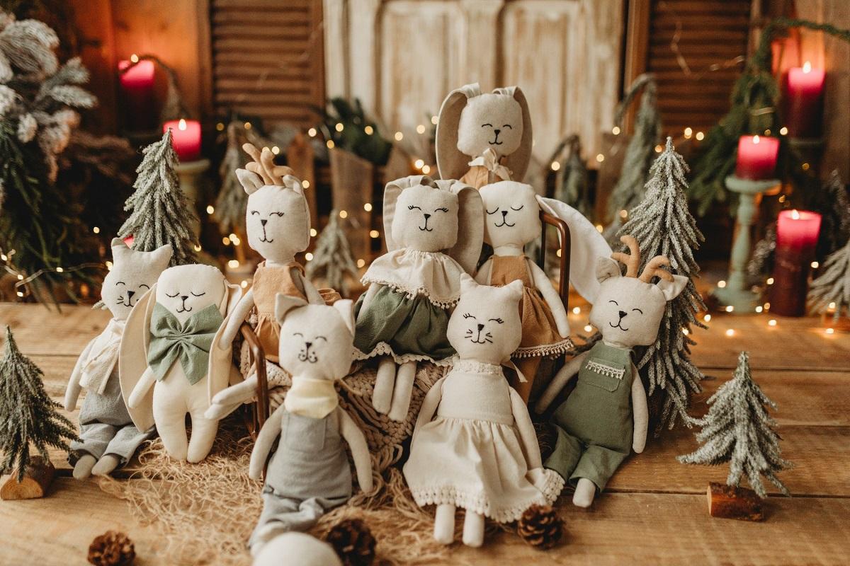 jucarii handmade pentru copii, pisici, iepuri etc de la atelier mitzoko, fotografiate in grup pe fundal de craciun cu luminite