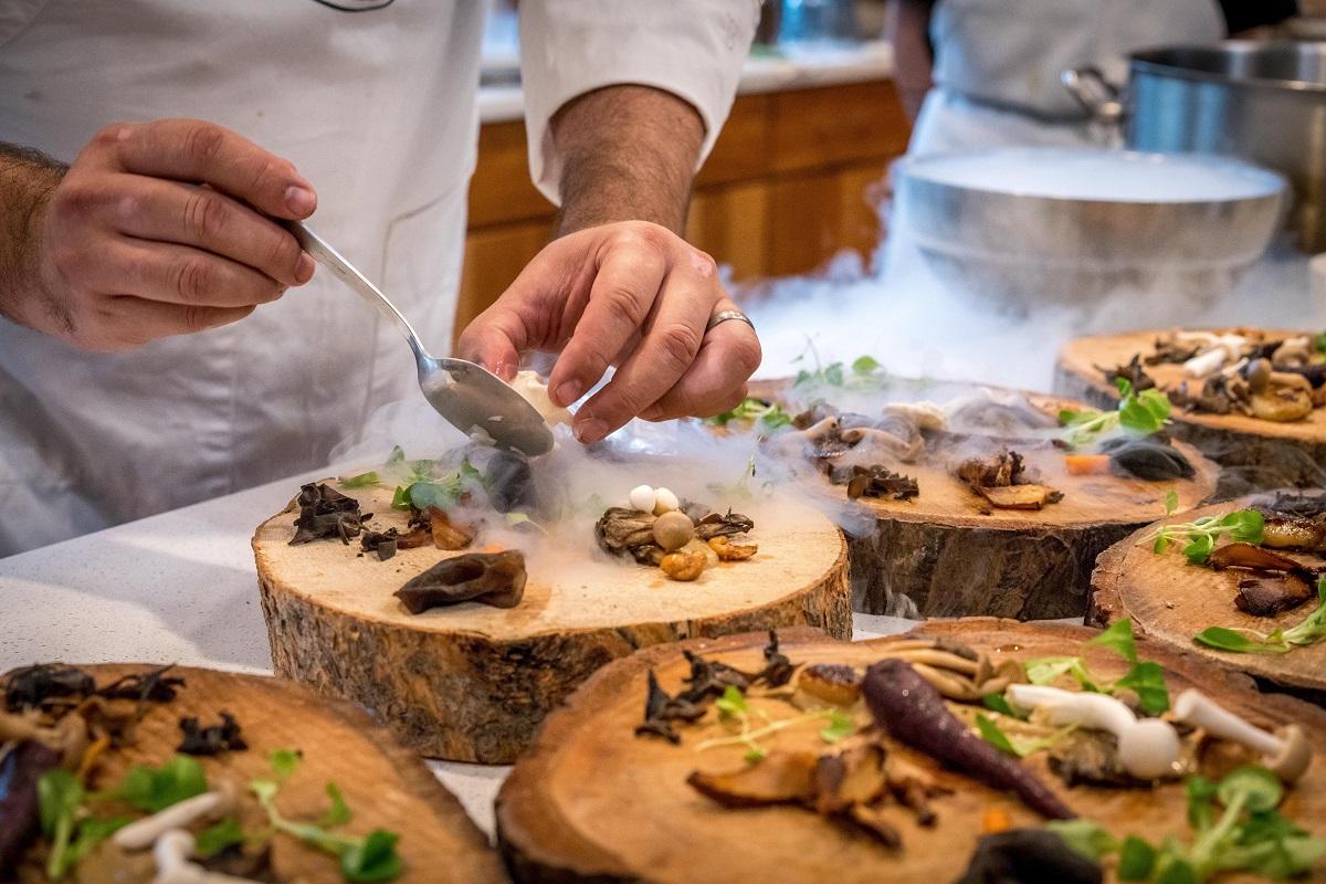 fine dining chef aranjand preparate pe platouri in forma de buturuga, experiente personalizate ca tendințe culinare 2021