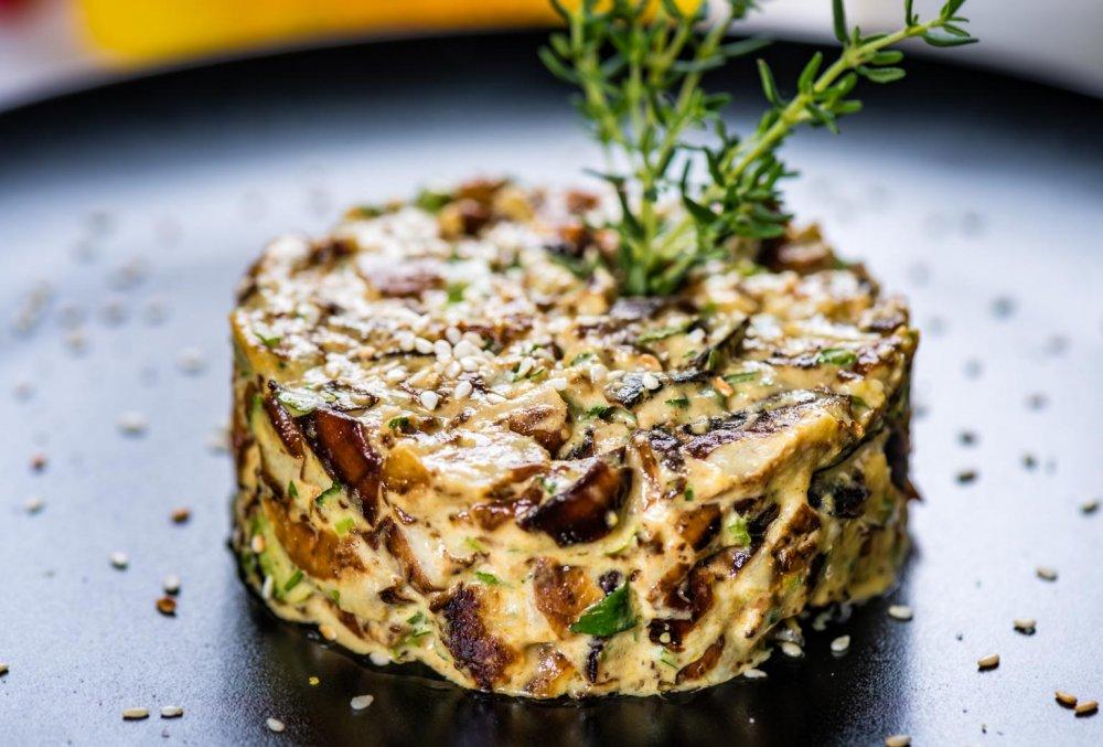 Vinete la cuptor cu sos de tahina și sos de mango murat, mâncare de post la Ergo Restaurant
