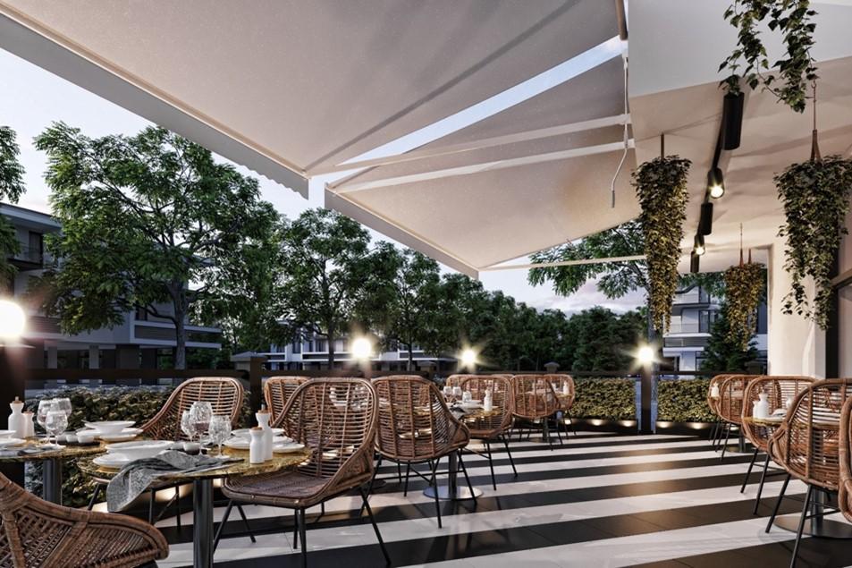 terasa restaurantului Oliveto by Caelia, cu podea in dungi alb si negru, mese rotunde si scaune moderne, din lemn