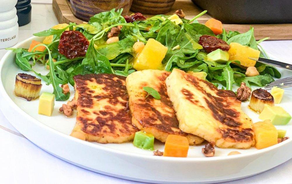 tofu la grill cu avocado, dovleac, ananas sotat, praz caramelizat, nuci crocante cu sos de portocale și busuioc la Ergo Restaurant mâncare de post