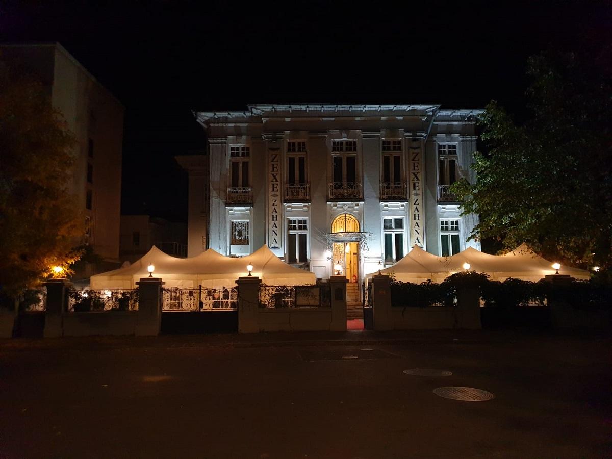 restaurantul Zexe Sofia fotografiat de la distanta, noaptea, o vila interbelica