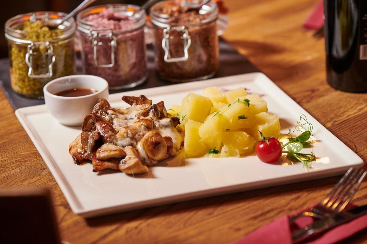 meniu de prânz la red angus steakhouse, o farfurie de mancare cu pui si cartofi