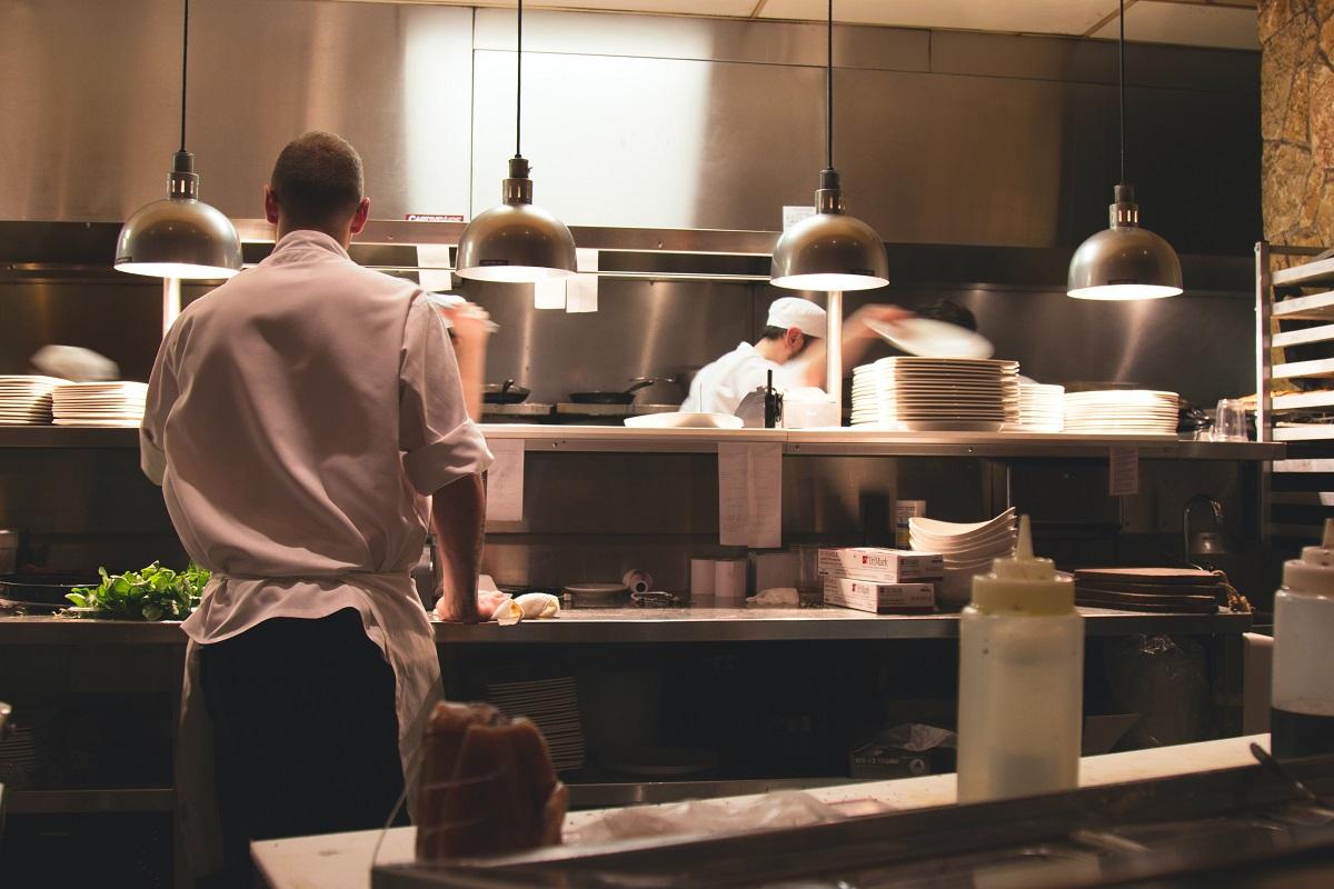 barbati in bucataria unui restaurant, cu mobilie rde inox si corpuri suspendate, cei mai buni bucătari din lume