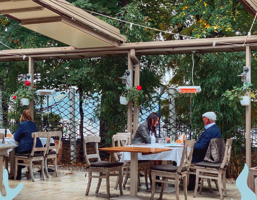 oameni cu mese la terasa de la Cherhanaua Ancora
