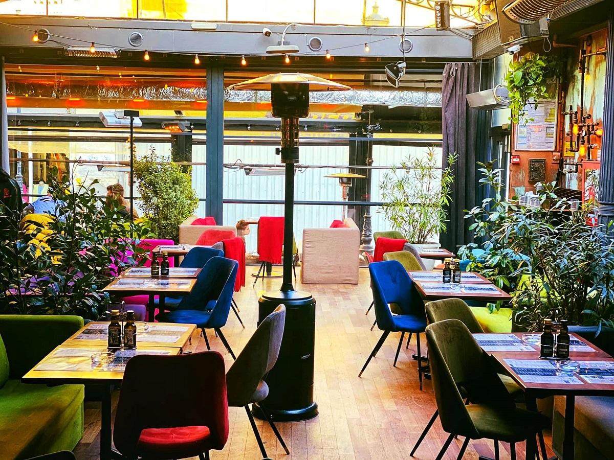 mese cu scaune colorate si incalzitor pe terasa la Freddo Bar & Lounge București