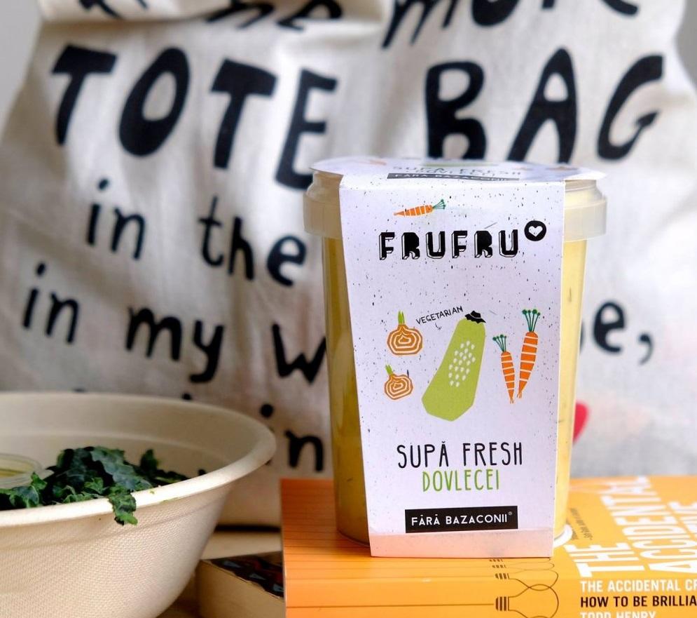 recipient din plastic cu supa crema de dovlecei, si cu eticheta de la frufru