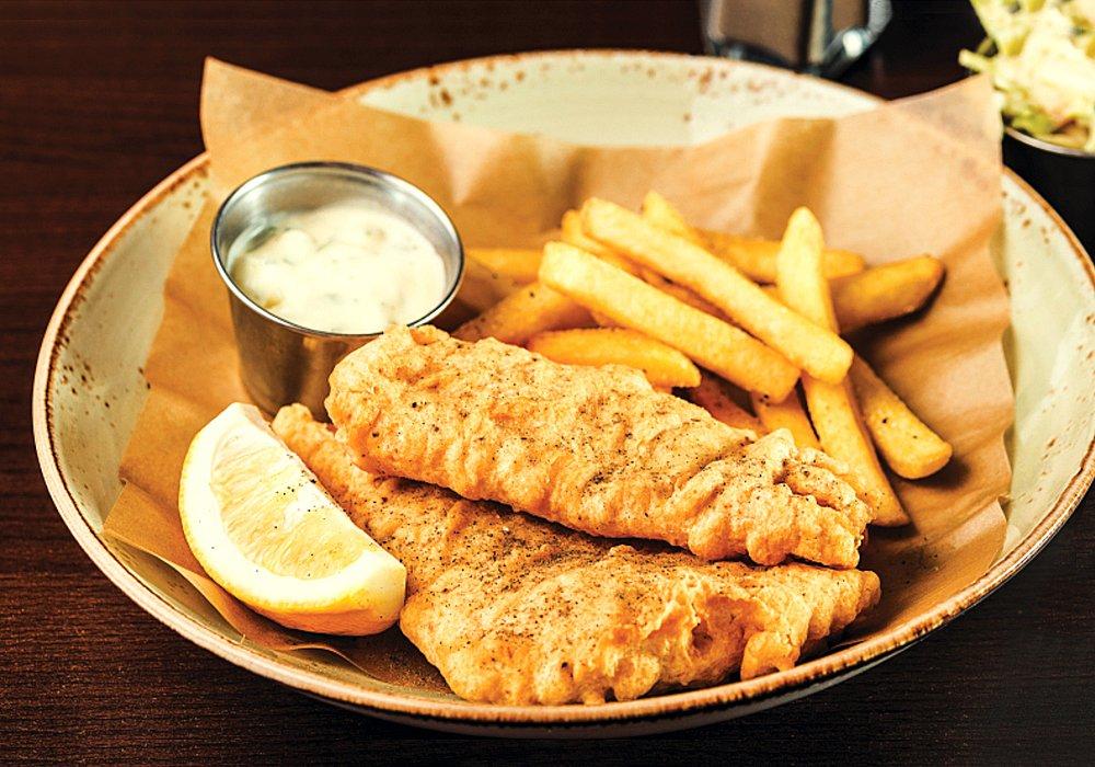 fish and chips in farfurie, cu o felie de lamaie si dressing, la hard rock cafe