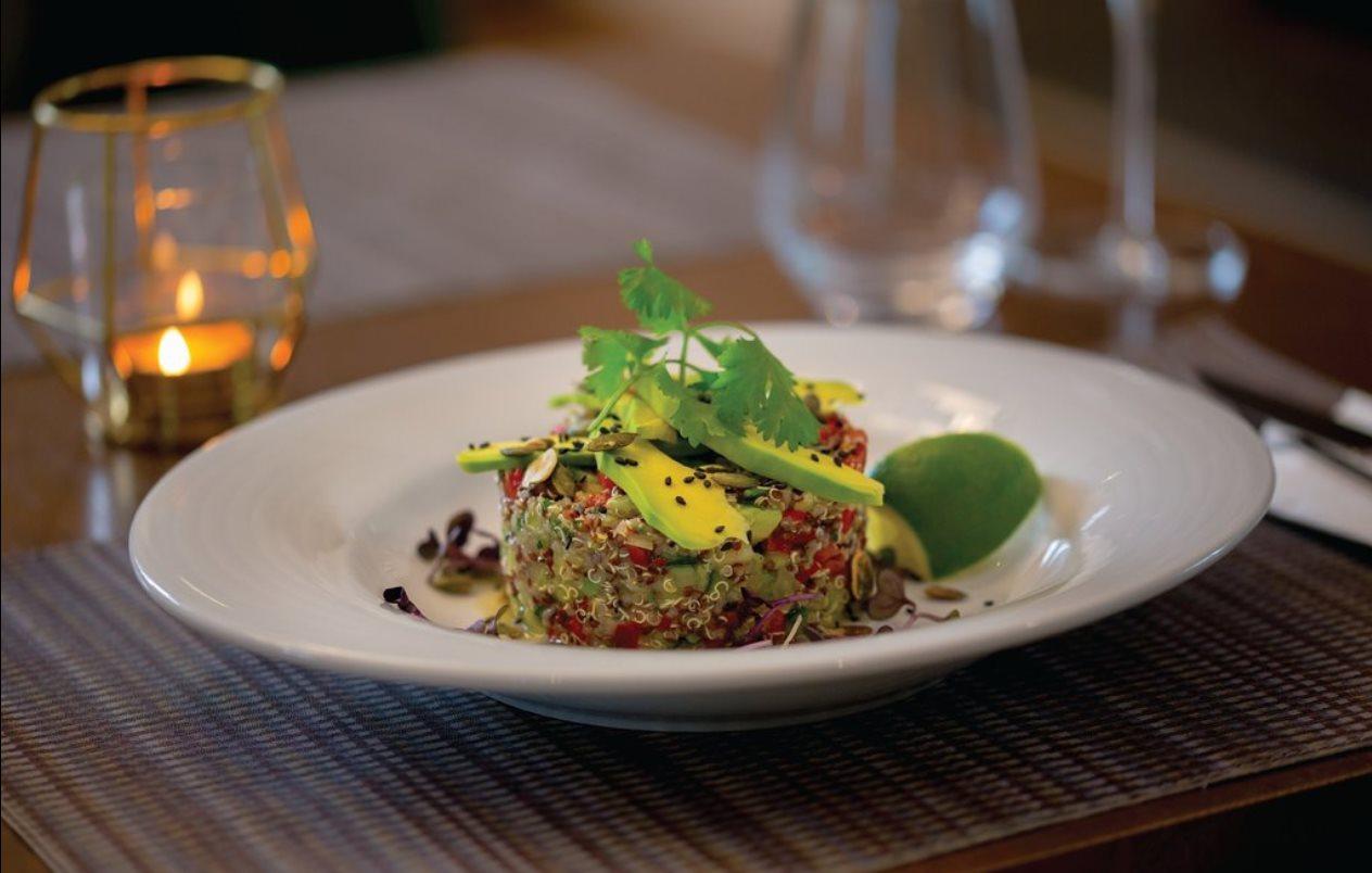 Salata de quinoa bicoloră cu avocado, ardei capia, roșii cherry, porumb copt, ardei iute, ceapă, coriandru proaspăt, dukkah și dressing de lime