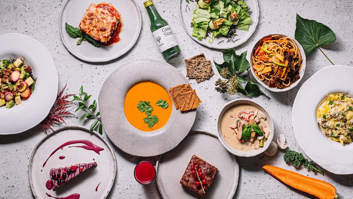 masa plina cu preparate vegetariene și mâncare de post, la Samsara