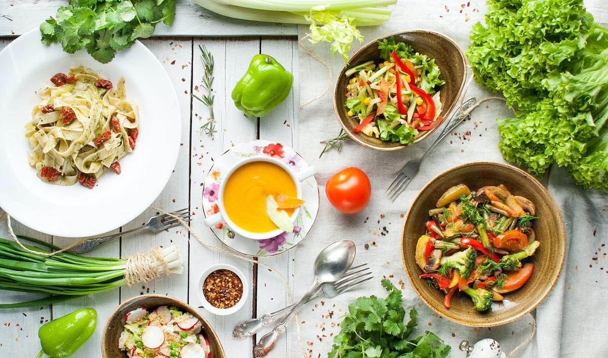 masa fotografiata de sus cu mâncare de post, vegetariană și vegană, de unde poți comanda în București