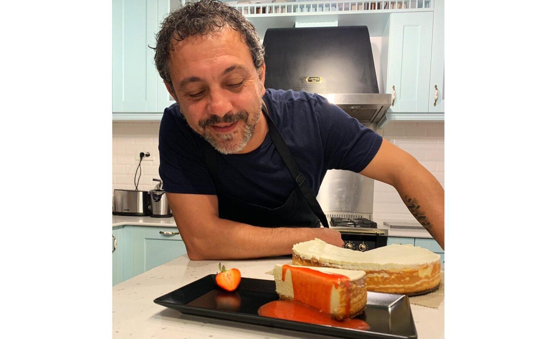Chef Sorin Bontea langa un cheesecake de lamaie, una din felii taiata pe o farfurie