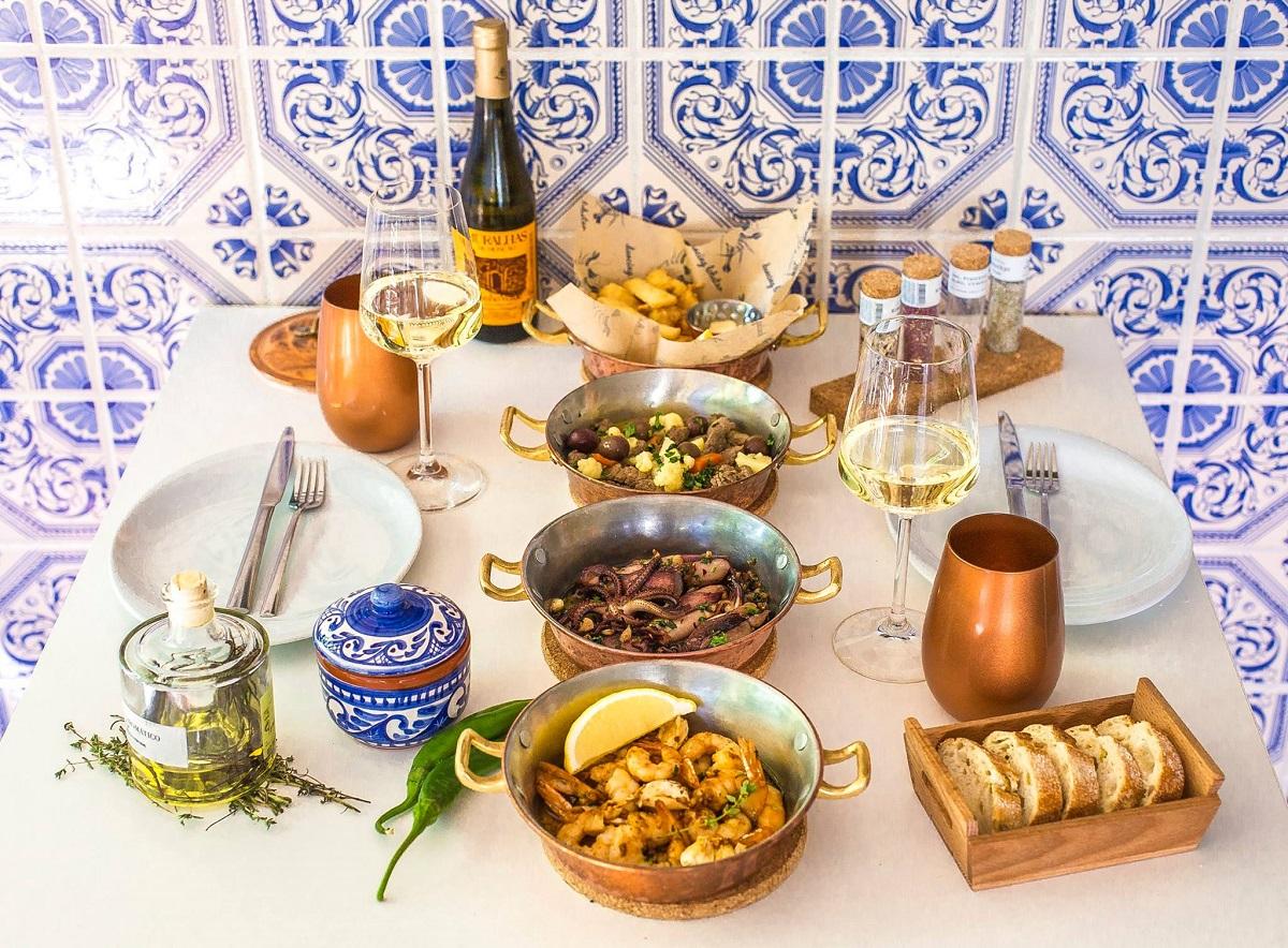 mancare traditional portugheza, in craticioare, asezate pe masa