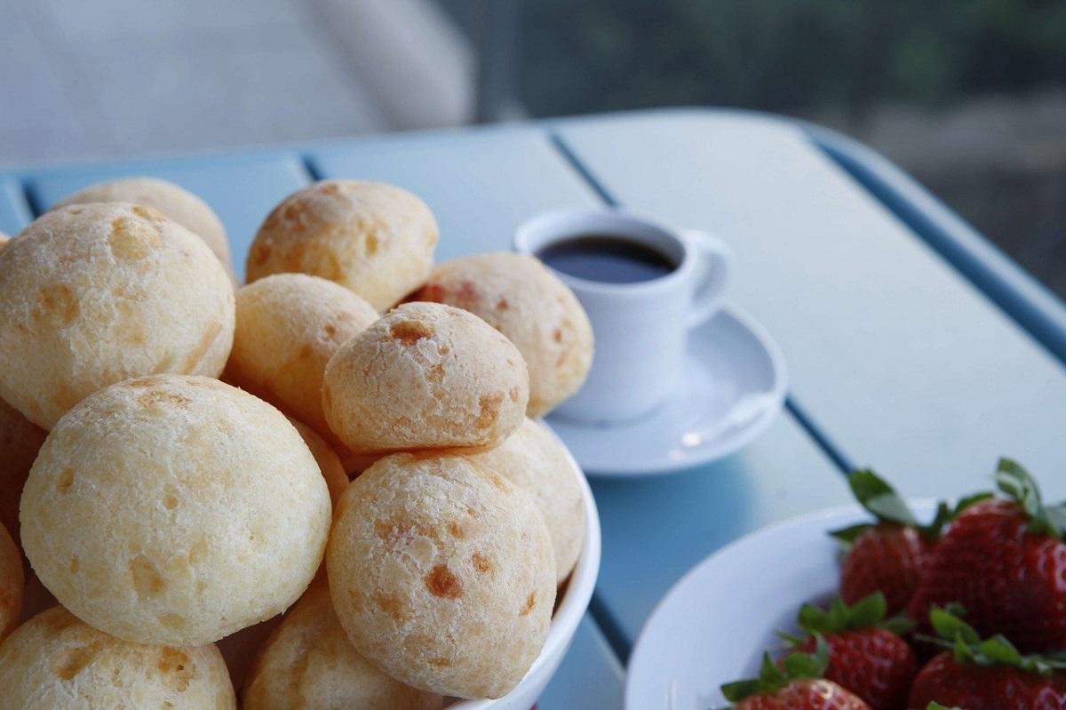 Pao de queijo langa o ceasca de cafea, la micul dejun in Brazilia