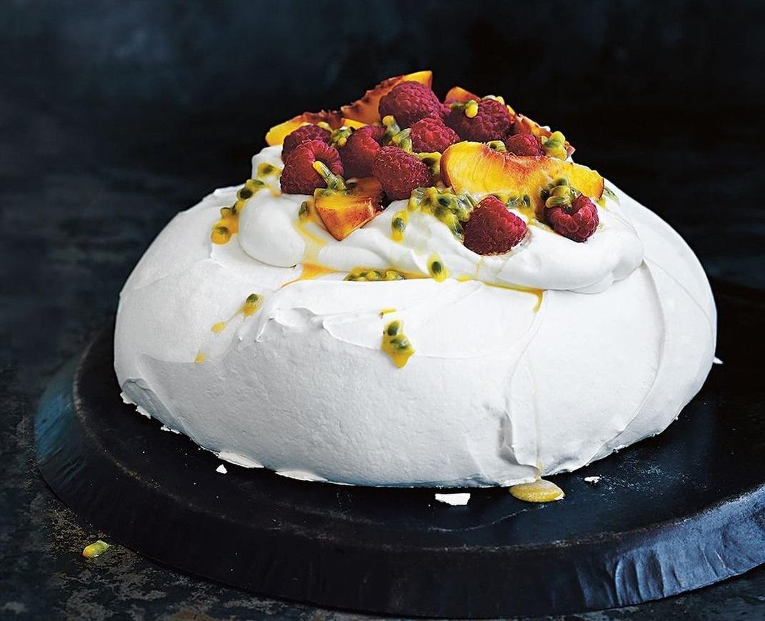 Pavlova cu fructe proaspete, cremă de vanilie cu ciocolată albă și sos de fructul pasiunii de la Uptown Restaurant București