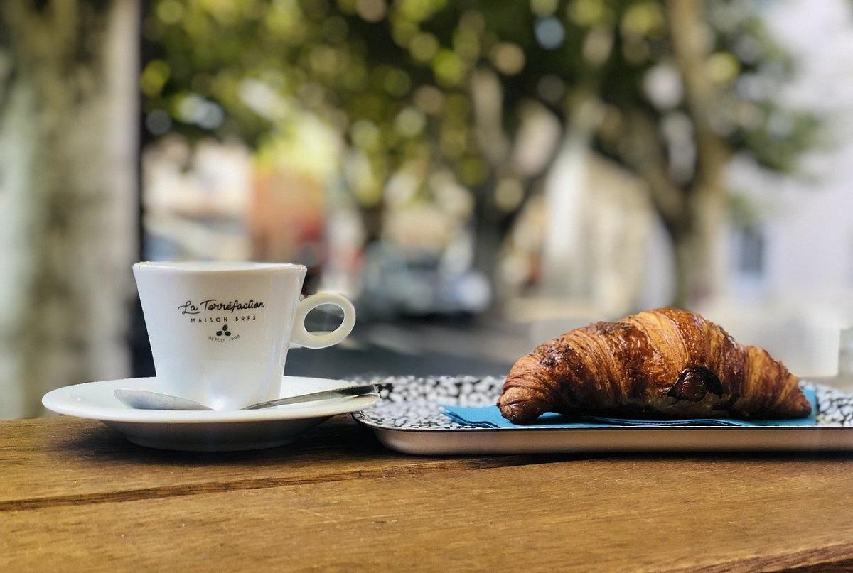 espresso si un croissant pentru micul dejun in Italia