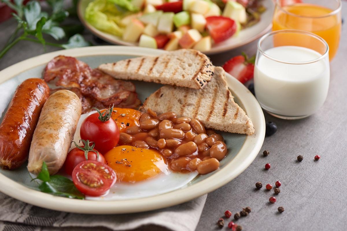 mic dejun englezesc cu oua ochiuri, toast, ciuperci, rosii, fasole, carnat