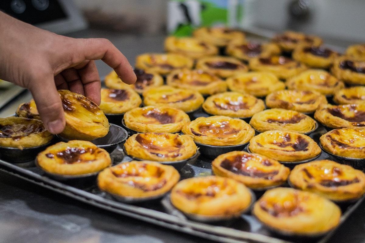 Pasteis de nata in tava de copt, preparat tradițional portughez