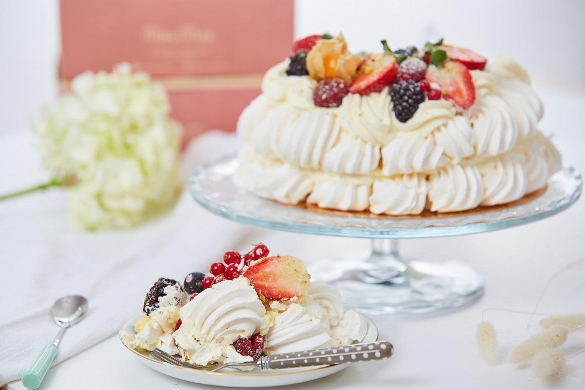 tort pavlova pe un platou, si o felie de tort pe o farfuriuta de langa, de la Mara Mura București