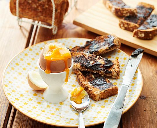 ou fiert in suport langa doua felii de toast cu Vegemite la micul dejun in Australia