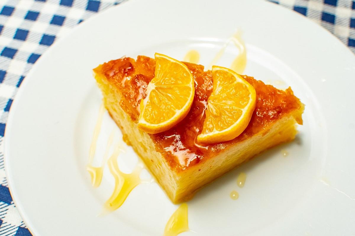 Portokalopita, prajitura cu foietaj si sirop de portocala, cu felii de portocala ca decor