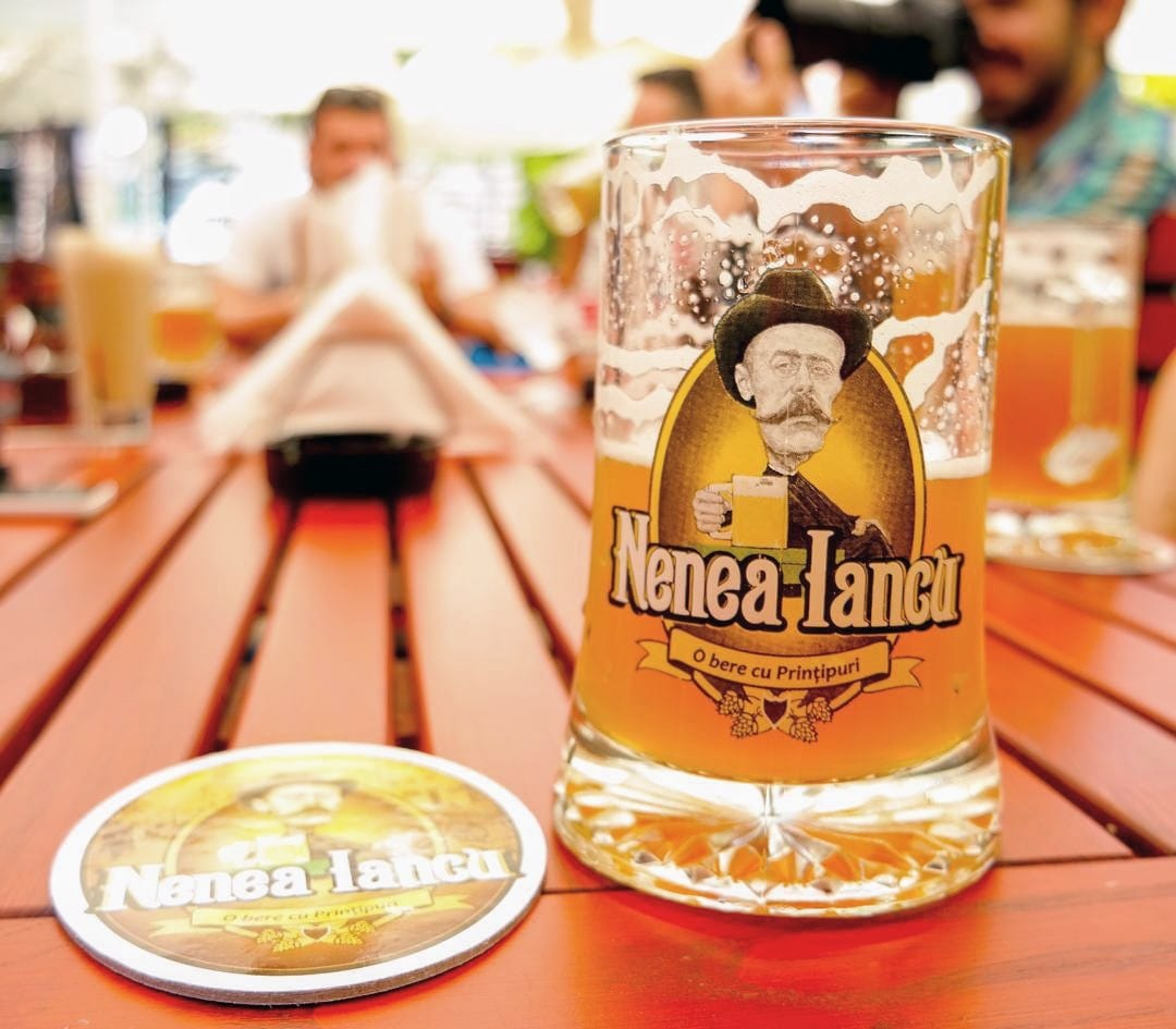 Halba de bere pe care este inscriptionat logoul de la Beăria Nenea iancu din București