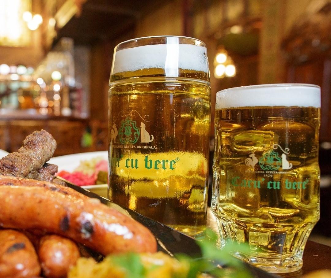 bere la halbă de la Caru' cu bere, una din top berării din București