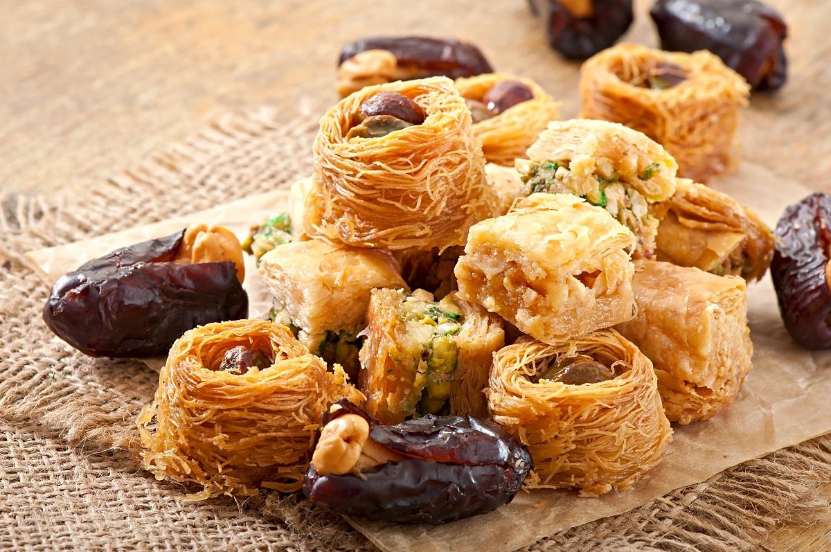 Mai multe bucatele de Baclava si cataif, cu fructe uscate, un desert ce trebuie să mănânci în Grecia