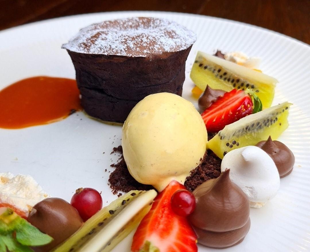Butoiaș cu ciocolată caldă, caramel sărat, înghețată de vanilie și fructe proaspete., la Caru cu Bere din Bucuresti
