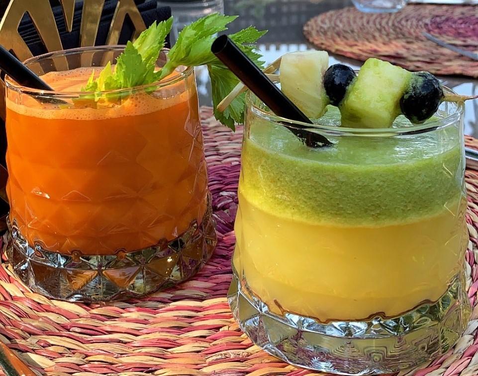 doua pahare cu fresh, unul de morcovi, portocaliu si altul galben cu verde, la restaurant Il Locale din București