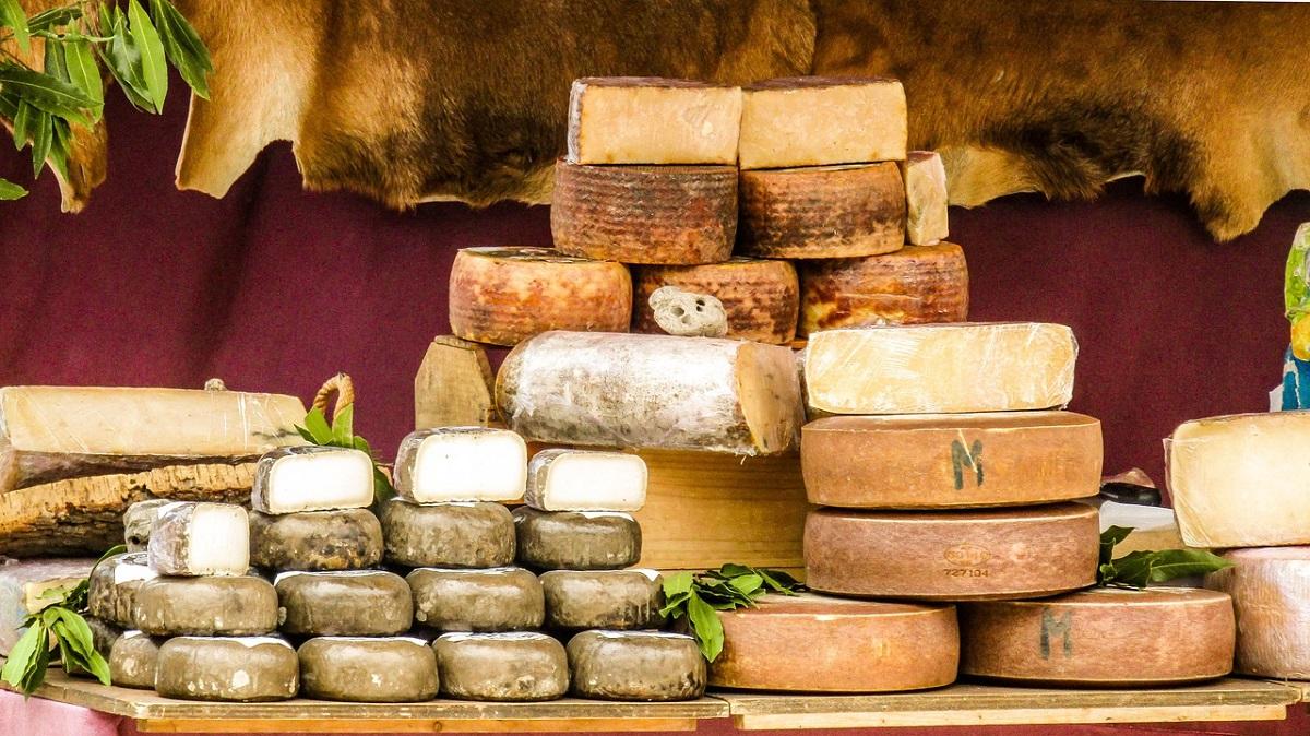 calupuri de brânză manchego, de diverse marimi, asezate stiva una peste alta