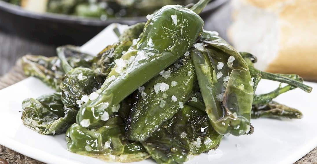 ardei pimientos de padron, verzi, mici, asezonati cu usturoi, ceva ce să mănânci în Spania