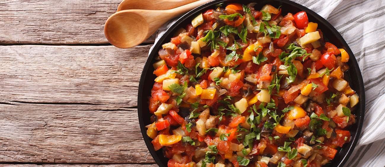 farfurie plina cu pisto, un fel de tocanita de legume, cu rosii, ardei gras, ceapa, vinete, un preparat ce să mănânci în Spania