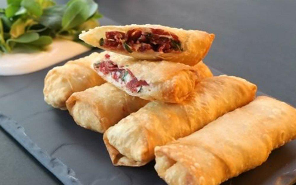 Böreği de la Turkish Kitchen, 6 rulouri din foietaj cu umplutura de cascaval si pastrama. Ceveva ce să mânânci în Turcia.