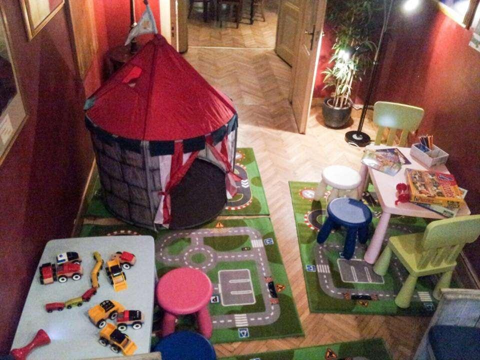 Spatiu de joaca cu covorase colorate, masute si scaunele si un cort pentru copii la Van Gogh Grand Cafe unul din restaurante și terase child friendly din București