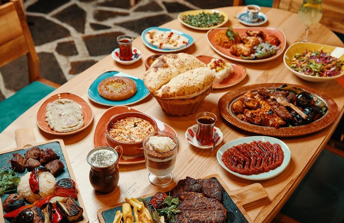 multe farfurii mai mici si mai mari intinse pe masa, cu mancare turceasca, la restaurant Divan din Bucuresti