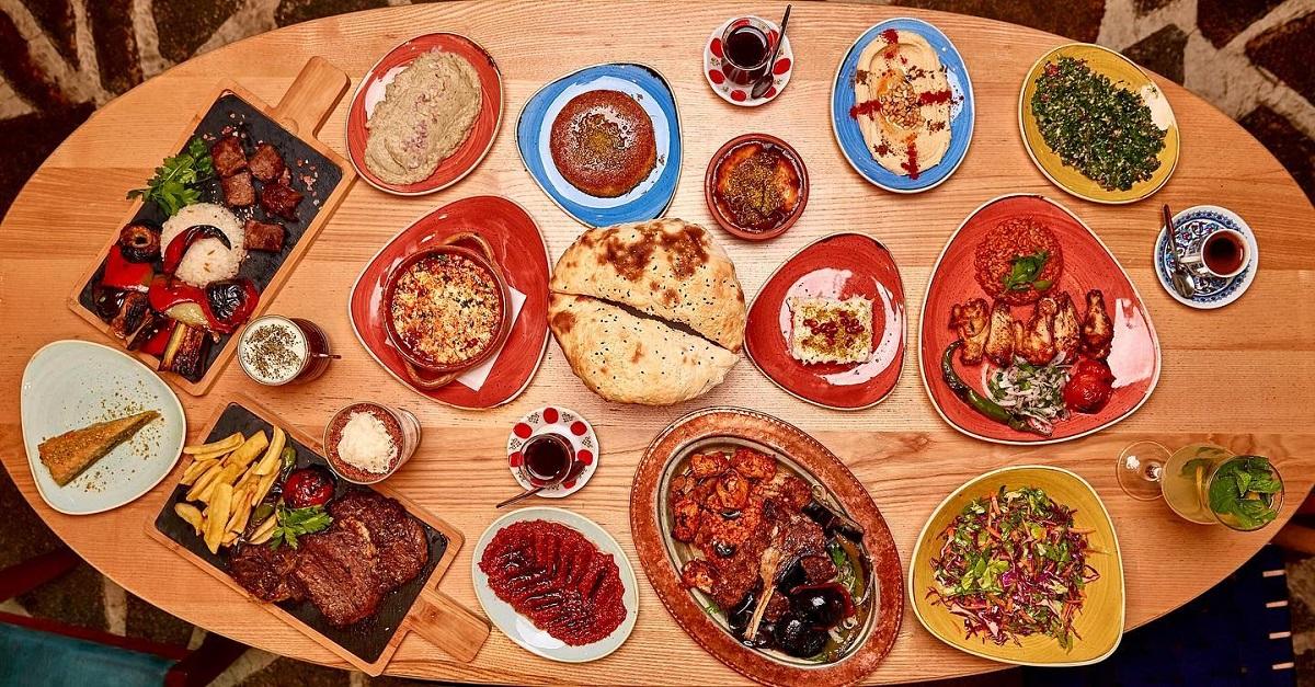 multe farfurii cu mancare, specifice pentru meze, la restaurant Divan.