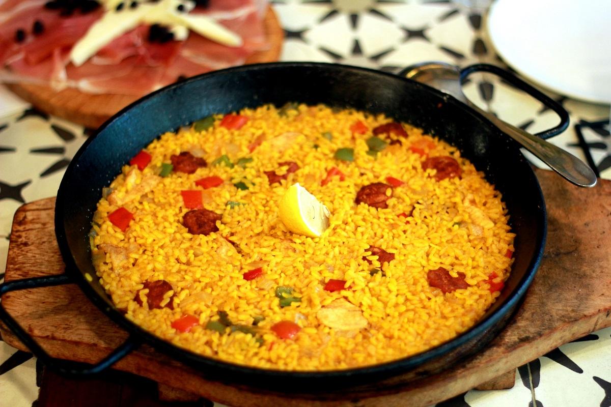tihaie metalica plina cu Palla, cu fructe de mare si orez, preparat ce să mănânci în Spania