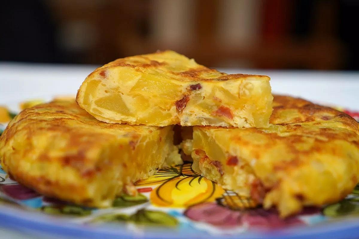 trei felii de tortilla espanola, omleta groasa cu cartofi si legume, pe care trebuie să o mănânci în Spania