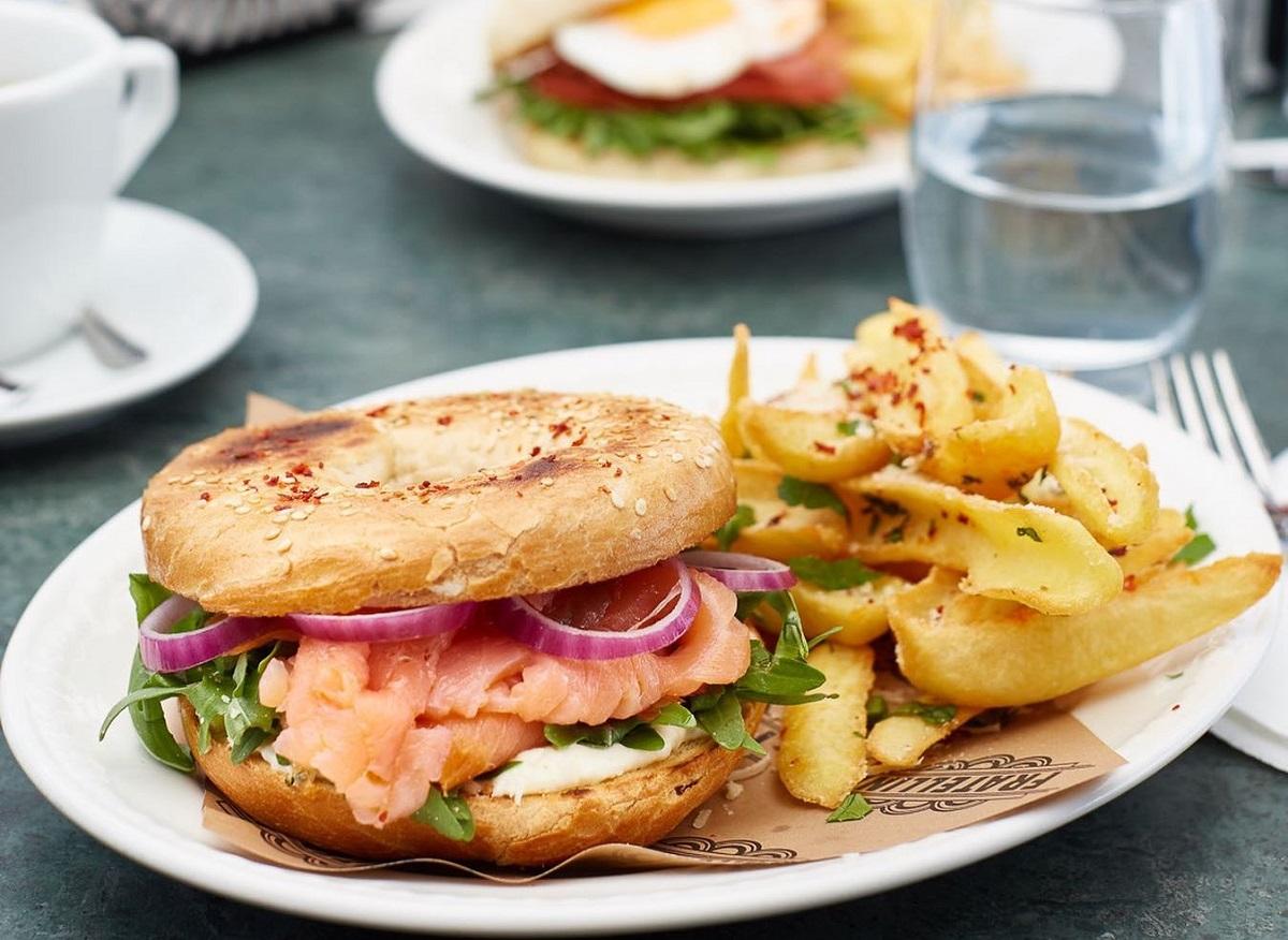 Bagel cu somon fumé, cremă de branză, rucola și cartofi prăjiți, un sandviș bun la Fratellini Bistro