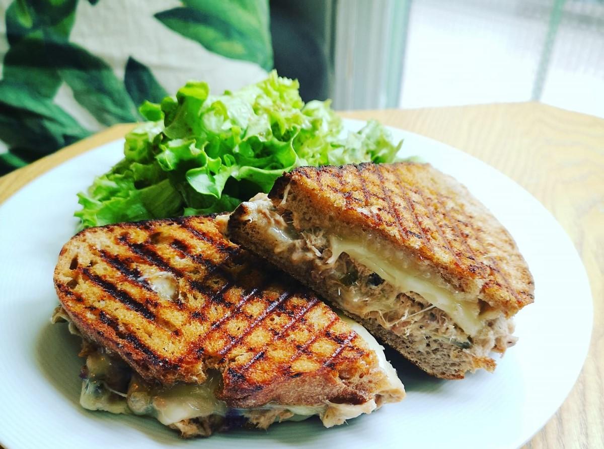 Sandviș bun și cald cu salată de ton făcută în casă, brânză Gouda și pâine integrală cu maia , de la Simbio București