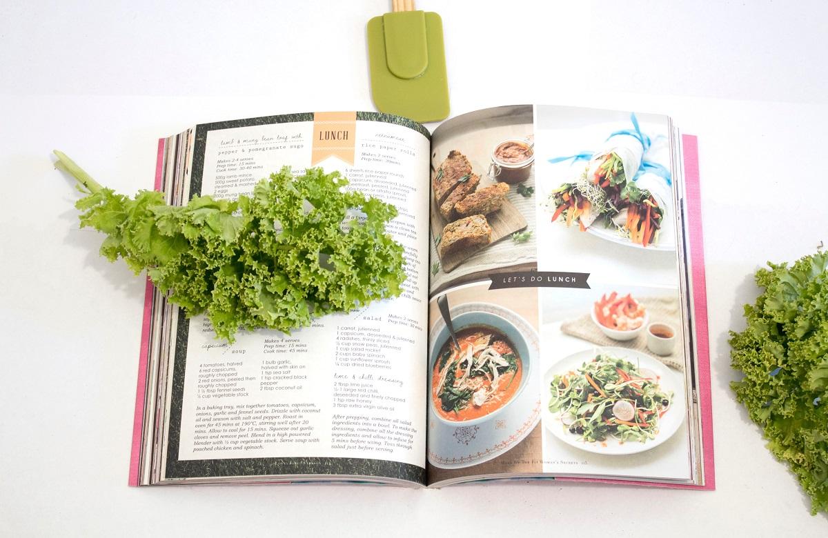 imagine cu o carte de bucate deschisa, cu fotografii de preparate si retete, imagine reprezentativa pentru cărți de bucate semnate de bucătari români