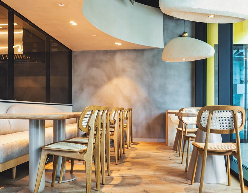 restaurant Samsara, cu mese si scaune albe, tavan cu forma neregulata si corpuri de iluminat moderne, albe, cu forme neregulata