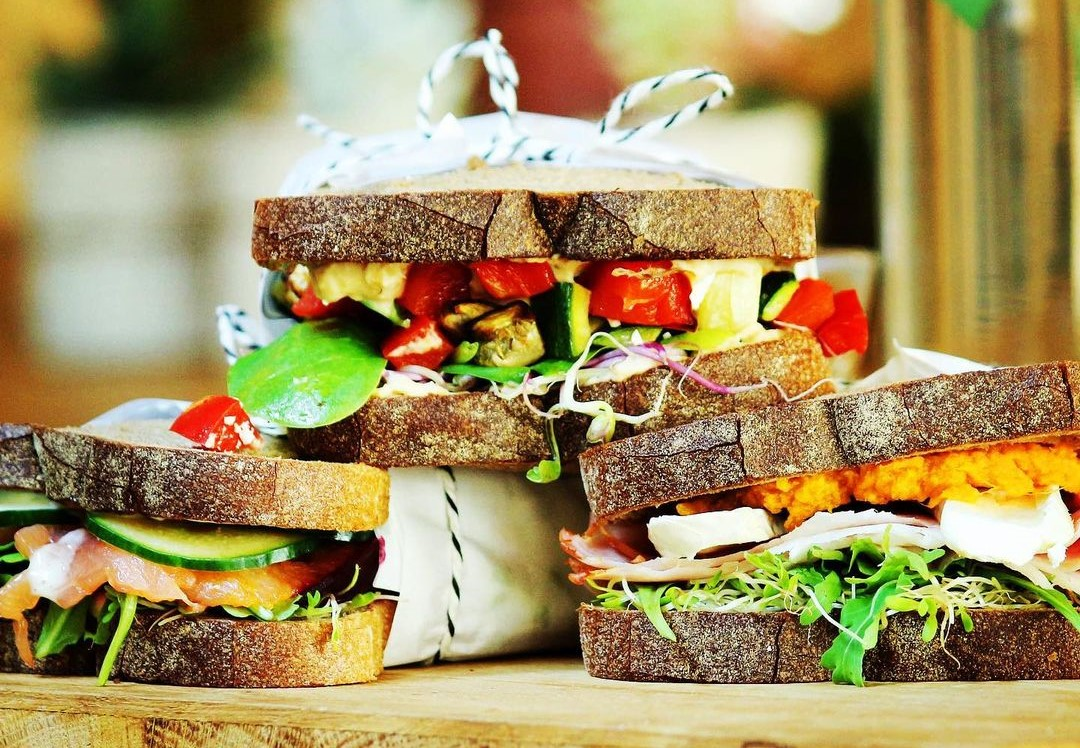3 sandvișuri suprapuse cu legume la frudisiac