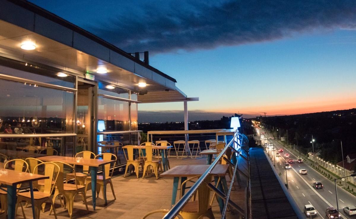 terasa elfi sky bar la apus, cu vedere catre bulevard si mese pe terasa, unul din restaurante la înălțime din București
