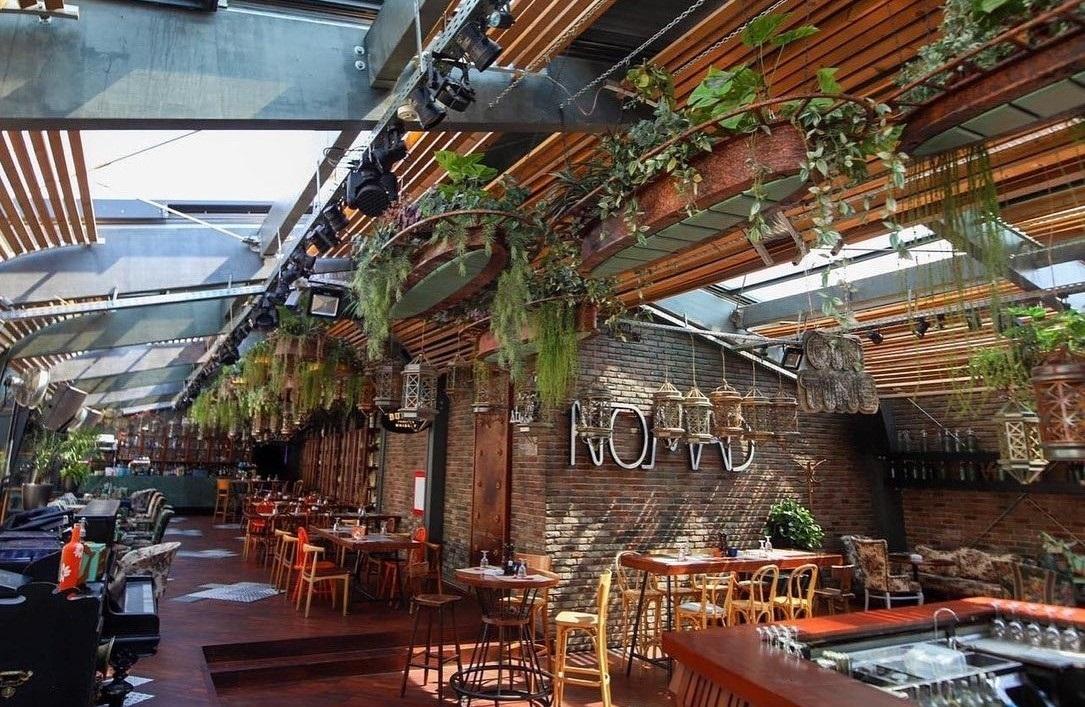 terasa nomad, cu acoperis deschis si multe plante decorative, unul din restaurante la înălțime din București