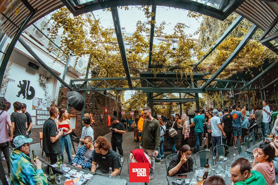 oameni pe terasa Jai Bistrot, la evenimentul Sneackers & Burgers