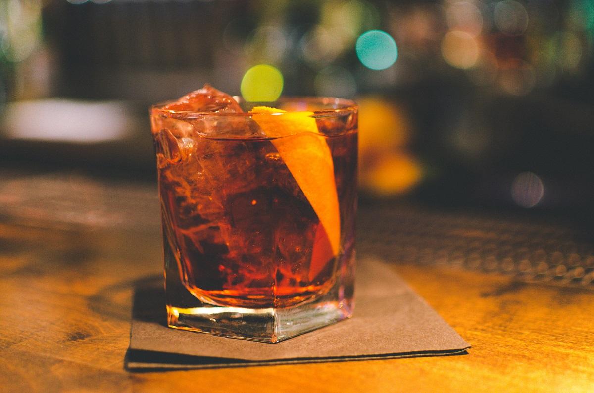 close up cu un pahar de cocktail Americano, unul ddin preferatele agentului 007
