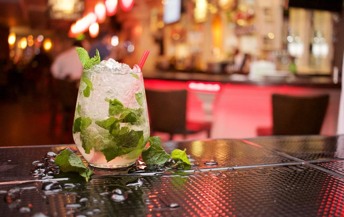 pahar cu cocktail mohito, cu cuburi de gheata si frunze de menta