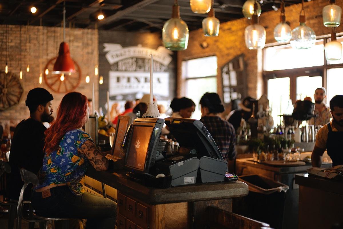 oameni la mese in restaurant, ca imagine reprezentativa pentru faptul că restaurantele rămân deschise
